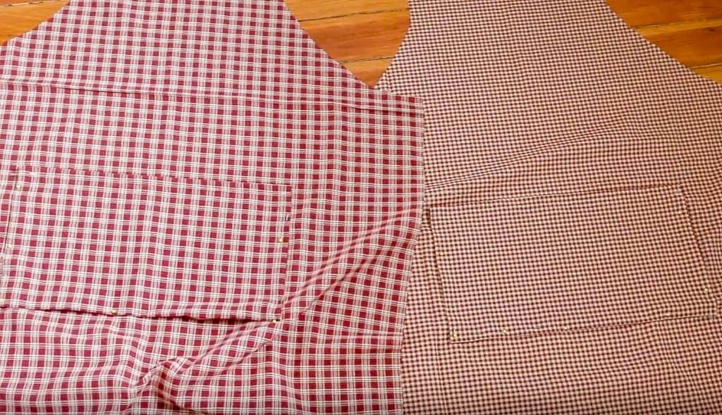 pockets pinned on both sides of the reversible apron
